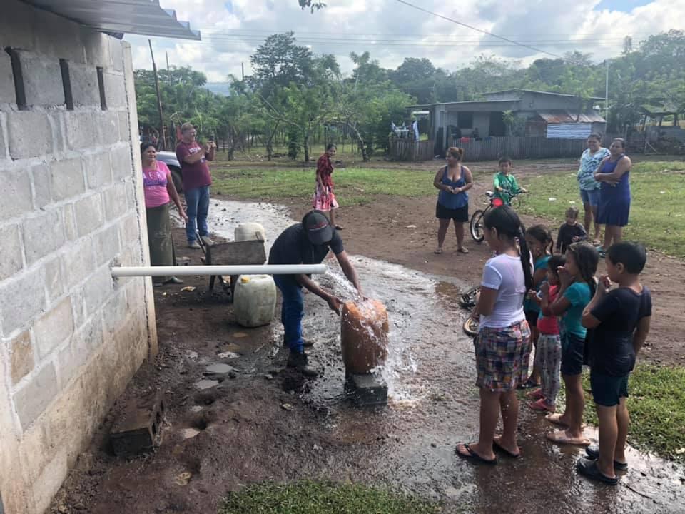 """""""Estamos trabajando en un proyecto de reparación del sistema de agua para una comunidad que perdió el acceso a este vital líquido, como consecuencia del paso de los huracanes"""", dijo Walker. Foto cortesía de la familia Somerville."""