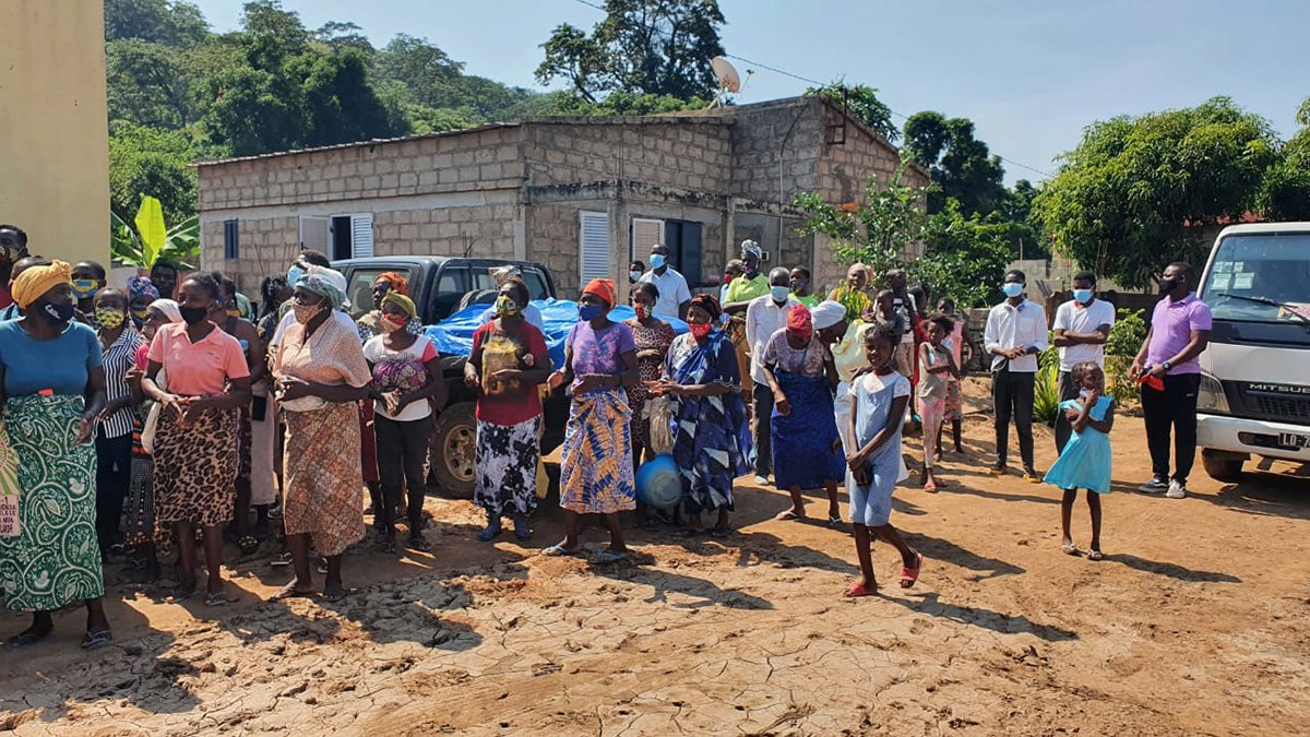 Flood survivors receive kits prepared by The United Methodist Church. Traces of mud left by the fury of the Cambambe-Dondo waters are visible. Photo by Orlando da Cruz, UM News.