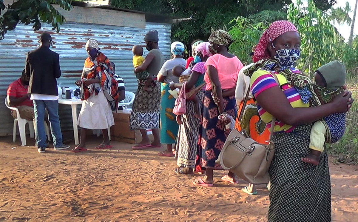 During consultations in Mabumbuza, Mozambique, mothers wait in line with their young children to receive medication at a mobile clinic led by The United Methodist Church in partnership with the Mozambique Ministry of Health. Photo by António Wilson, UM News.