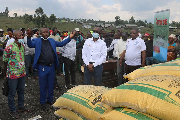 O Rev. Henry Jean Robert Kasongo Numbize ora por suprimentos de socorro em Goma, R.D. do Congo, antes de ser distribuído para ajudar os sobreviventes da erupção do vulcão Nyiragongo (cerca de 10 milhas de Goma), em 22 de maio. Numbize é superintendente do distrito de Goma da Igreja Metodista Unida. Foto de Philippe Kituka Lolonga, Notícias MU.