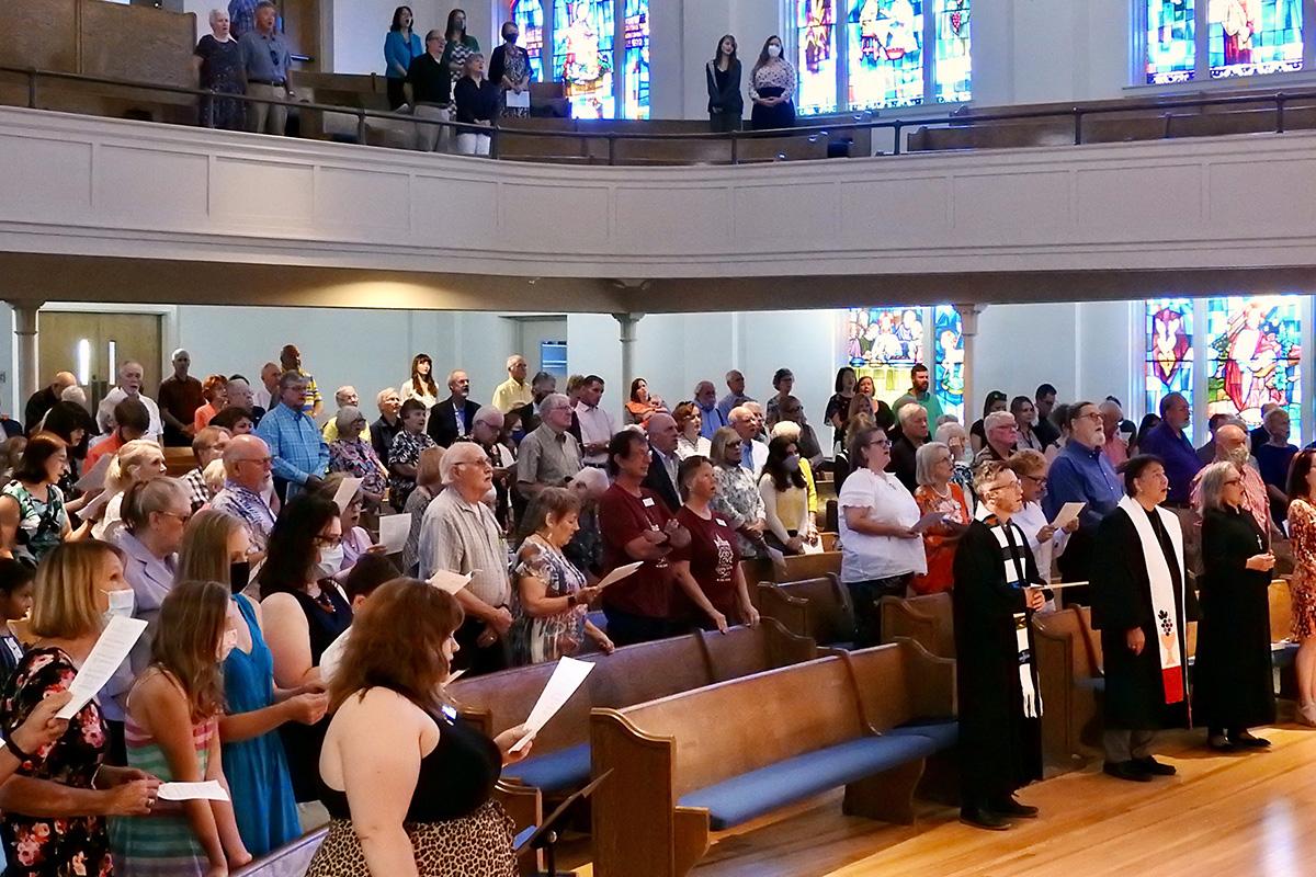 A Primeira Igreja Metodista Unida em Denton, Texas, junta-se à adoração em 6 de junho, a primeira vez que o santuário foi usado para esse propósito desde a pandemia de COVID-19, forçou o fechamento de edifícios em todos os EUA. Foto por Sam Hodges, Notícias MU.