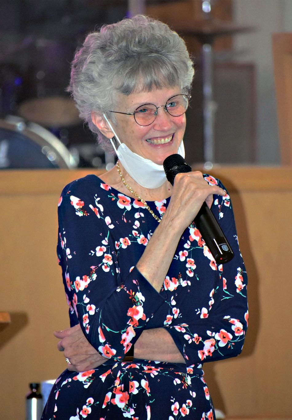 La Obispa Peggy Johnson disfrutando del culto y la comunión con los miembros de la comisión. Foto Michelle Cygan , Conferencia Anual del Este de Pensilvania.