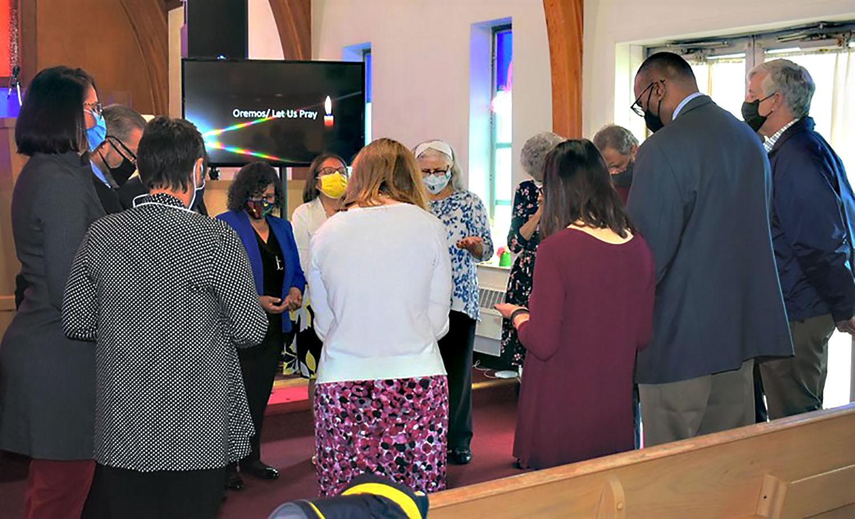 """""""La unción con aceite en nuestras oraciones lo hizo aún más poderoso pues sentimos la presencia del Espíritu Santo moviéndose en la vida de la gente en el altar y también en los bancos"""", dijo la Revda. Luky Cotto, Coordinadora de Ministerios Latinos de la Conferencia. Foto Michelle Cygan, Conferencia Anual del Este de Pensilvania."""