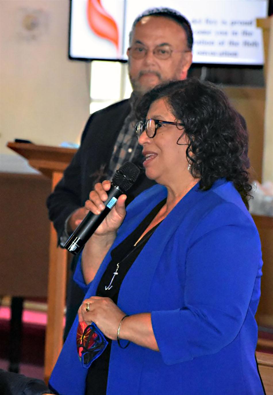 Los/as reverendos/as Luky Cotto (al frente), Coordinadora de Ministerios Latinos e Irving Cotto, Copresidente de la Comisión Latina. Foto por Michelle Cygan, Conferencia Anual del este de Pensilvania.