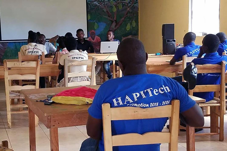 El laboratorio de computación HAPITech ha sido un activo muy importante para la comunidad en los últimos años. En los 14 años que HAPI ha estado trabajando en la comunidad rural de Mizak, al sur de la capital haitiana, los programas se han expandido desde la fabricación y comercialización de artesanías hasta la atención de la salud materna y la formación profesional. Foto cortesía de Valerie Mossman-Celestin