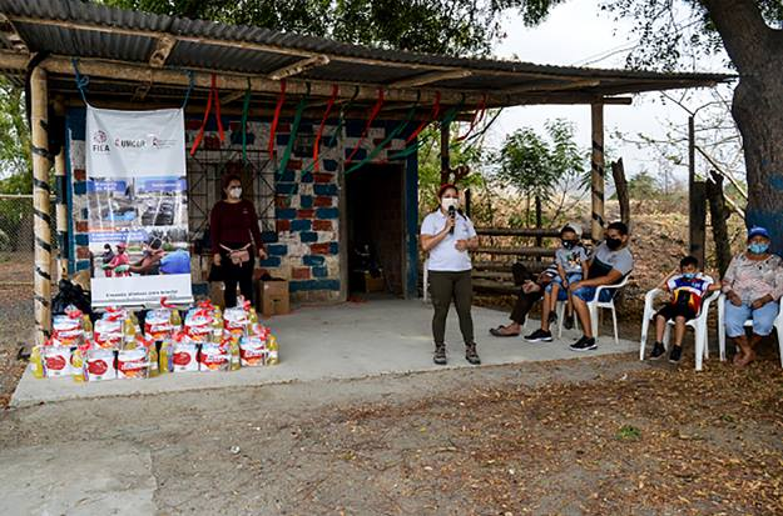 Taller comunitario de capacitación en agua e higiene celebrado en El Guarango, Ecuador. Los kits están listos para su distribución después de la capacitación. Foto cortesía de FIEA – Ecuador.