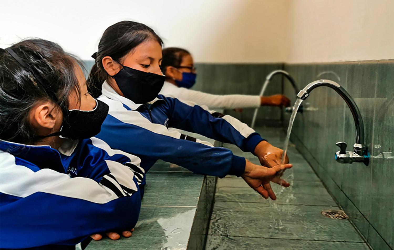 Estudiantes de la escuela metodista El Sembrador demuestran las técnicas de lavado de manos que aprendieron en el proyecto. Foto cortesía de FIEA – Ecuador.