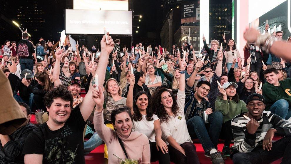 Centenas se reuniram na Times Square para uma cerimônia inter-religiosa de iluminação no Shabat no final de 2017 para celebrar a diversidade religiosa. Foto cedida por Abe's Eats