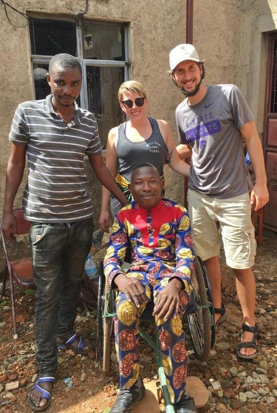 자니아에서 선교사역자로 섬겼던 매튜와 제니퍼 위키 부부가 사역 현장에서 찍은 사진. 사진 제공, 세계선교부.