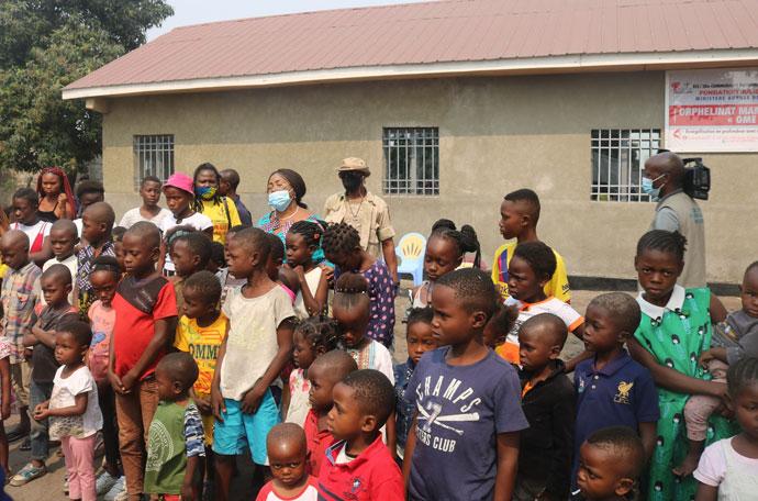 Les enfants pris en charge et encadrés au sein de l'orphelinat Mam'Ekoko II avec la ministre des affaires sociales du gouvernement Congolais le jour de l'inauguration du bâtiment. Grâce au financement de UMCOR, l'église a construit un bâtiment qui abrite l'orphelinat Mam'Ekoko II à Kinshasa la capitale du pays. Photo par Pierre Omadjela.