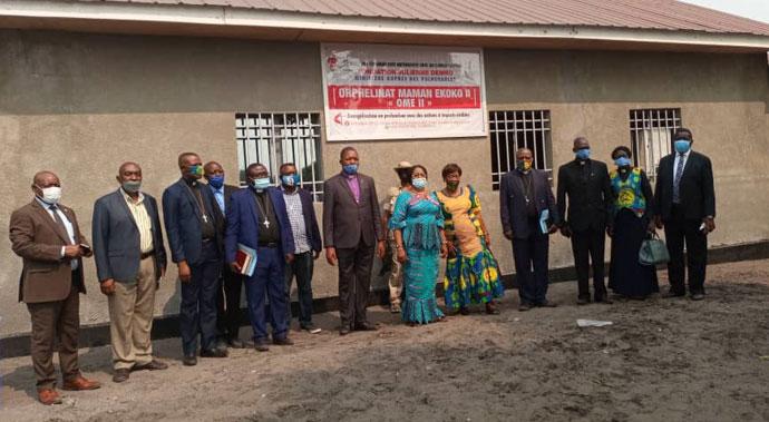 Photo de famille avec l'Evêque Daniel Lunge et autres autorités politico-administratives prise le jour de l'inauguration de l'orphelinat Mam'Ekoko II. Grâce au financement de UMCOR, l'église a construit un bâtiment qui abrite l'orphelinat Mam'Ekoko II à Kinshasa, la capitale du pays. Photo par Pierre Omadjela.