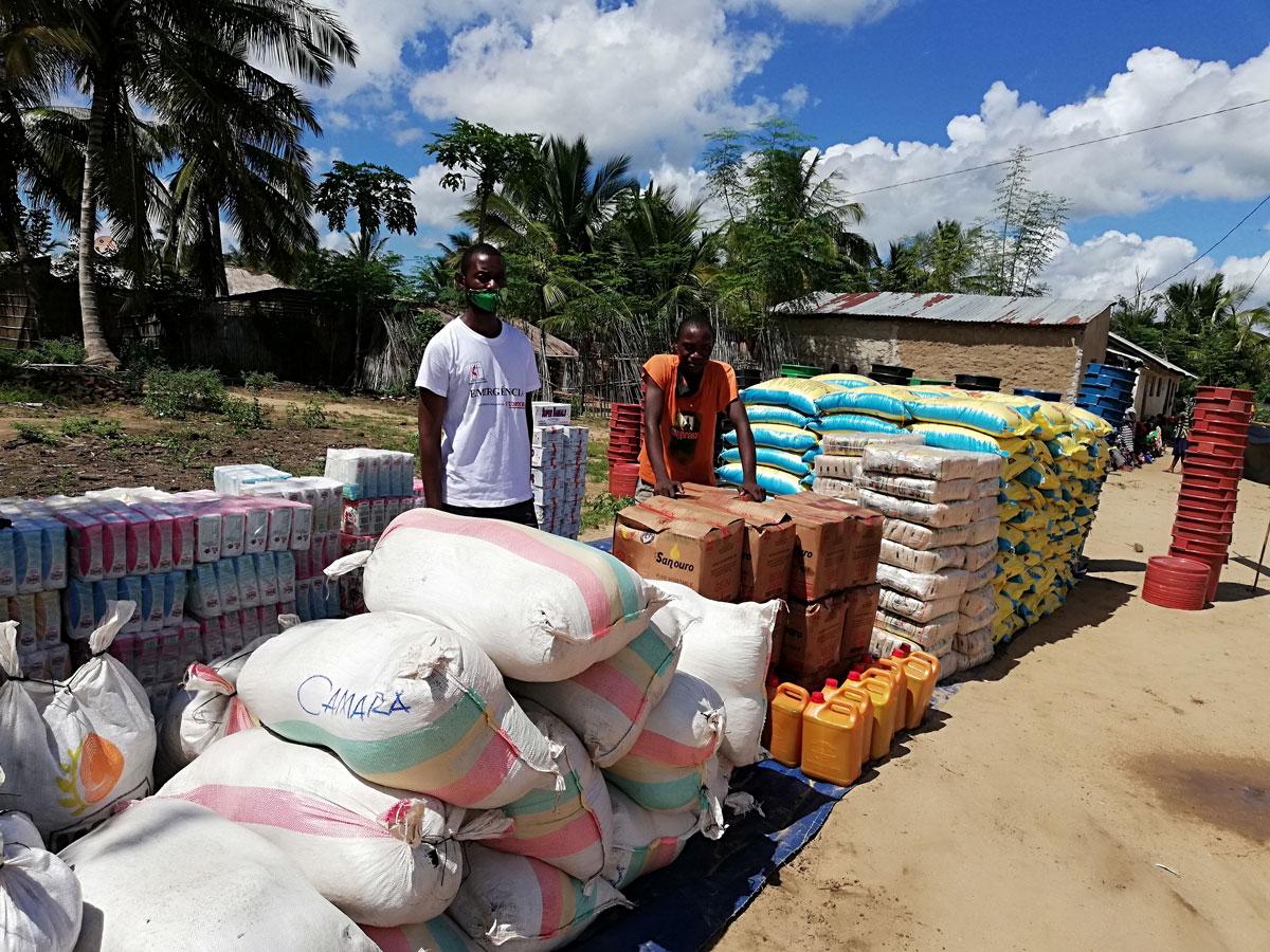 Parte dos produtos descarregados em Pemba, Moçambique, a serem distribuídos nos centros de reassentamento. Foto de Edilson Fernandes.