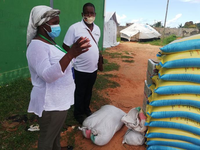 Dona Teresa, responsável pelo clube desportivo de Pemba, Moçambique, um dos centros de reassentamento dos refugiados, e o senhor Respeito Vasco Chirrinze (coordenador de emergência). Foto de Edilson Fernandes.