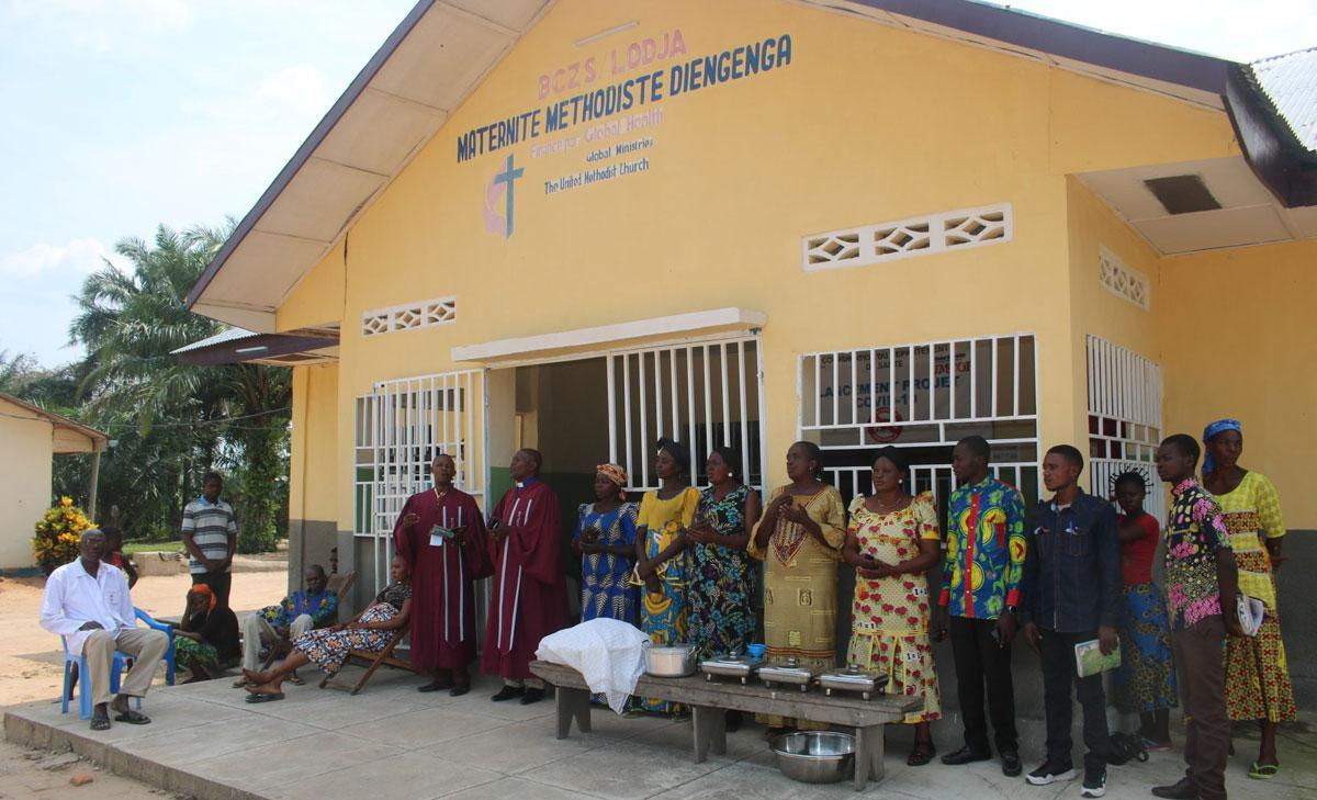 Photo de famille avec le Révérend Bernard OKALU Surintendant de District et les membres du conseil de District pendant son exhortation aux malades avant la distribution de la nourriture. Photo par François Omanyondo.