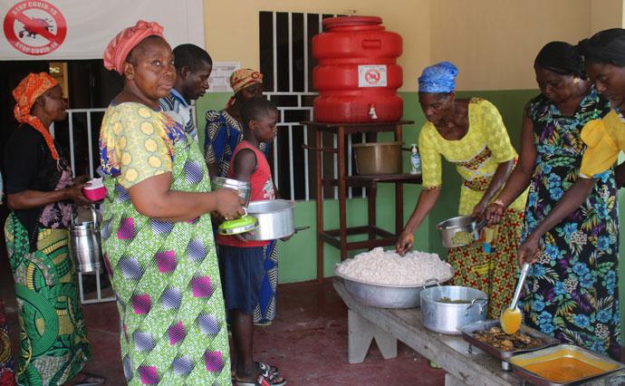 Mme AYOMBO Marie une parmi les malades du Centre de Santé de Diengenga. Tous les trois mois, les fidèles méthodistes unis de ce district partagent le repas avec les malades internés dans les structures médicales méthodistes unies. Photo par François Omanyondo.