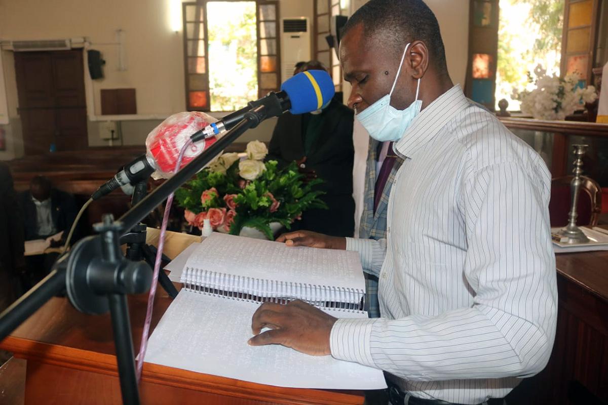 Mateus Ribeiro, um dos beneficiários e deficiente visual durante a leitura bíblica em Braille na Igreja Central. Luanda, foto de Augusto Bento.