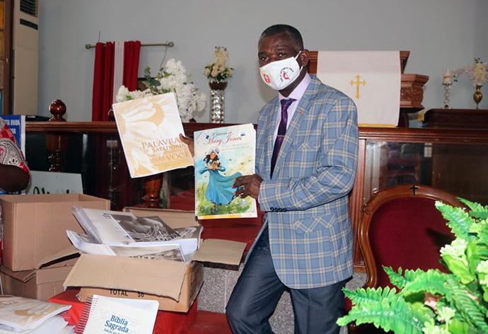Bispo Gaspar João Domingos, durante a recepção do material Braille das mãos da representante da Sociedade Bíblica. Luanda, foto de Augusto Bento.