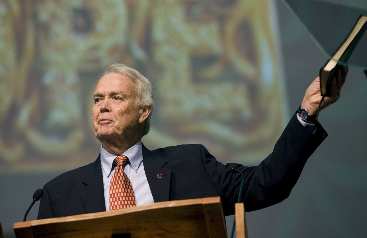 The Rev. H. Eddie Fox reads the gospel lesson during morning worship at the 2008 United Methodist General Conference in Fort Worth, Texas. Fox, a longtime director of World Methodist Evangelism, died July 28, 2021, at age 83. File photo by Mike DuBose, UMNS.