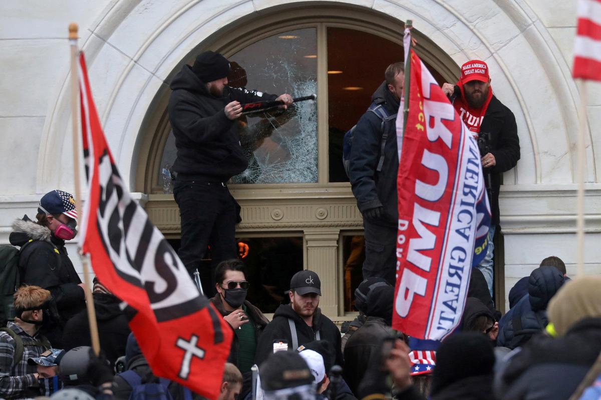 도널드 트럼프 미국 대통령 지지자들이 2021년 1월 6일 워싱턴에 있는 국회의사당 건물에 난입하는 도중 창문을 깨고 있다. 연합감리교 총회 제자사역부는 연합감리교인들이 기독교 민족주의에 대해 상호 존중하며 대화할 수 있도록 돕기 위해 <용기 있는 대화>를 제작하여 제공하고 있다. 사진, 리아 밀스, 로이터 통신.