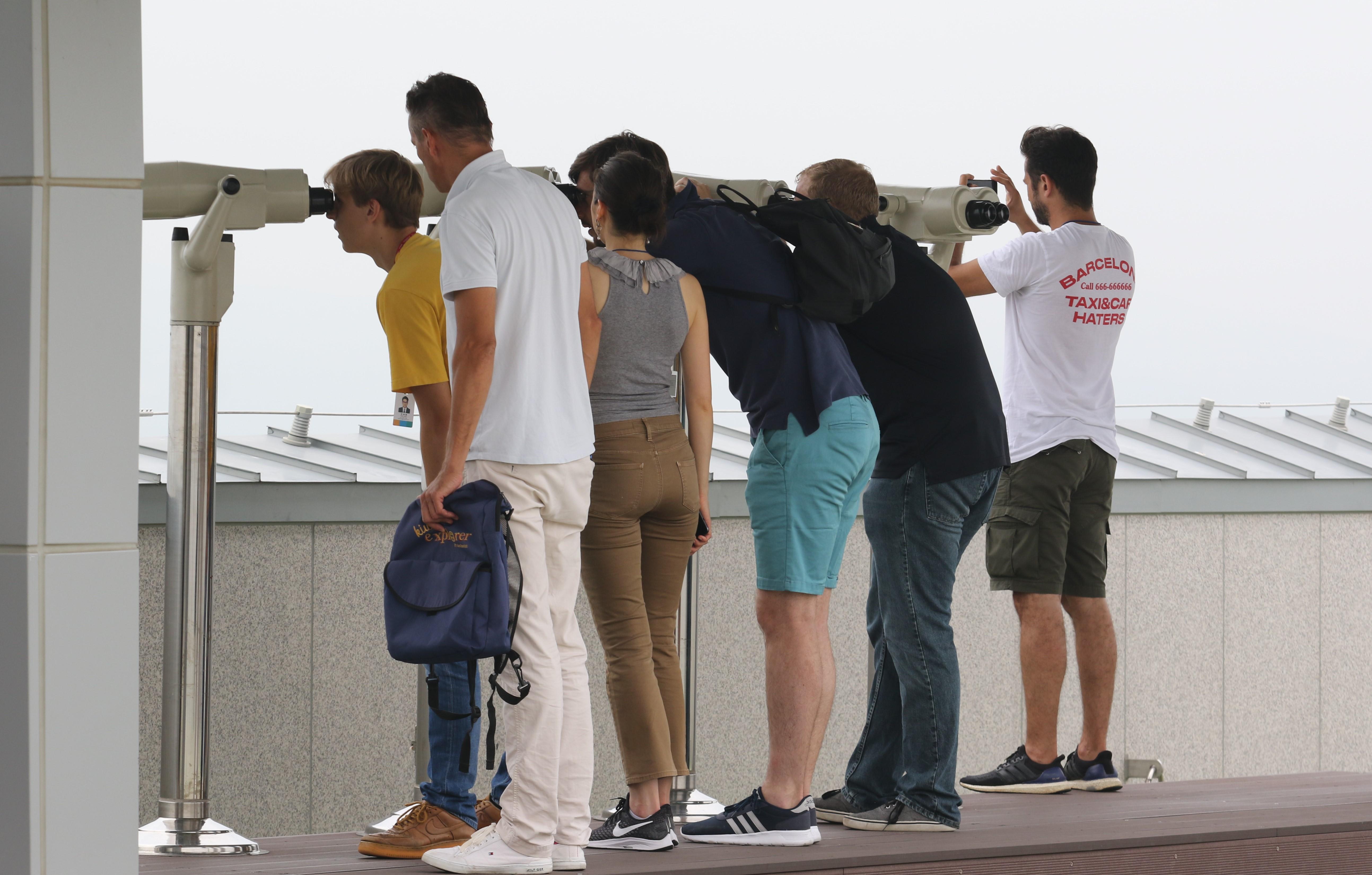 한국 국적의 사람들의 입장은 엄격하게 제한적으로만 허용되는 휴전선 안에서 외국 관광객들이  전망대에 설치된 망원경을 통해 휴전선 너머의 북녘땅을 바라보고 있다. 사진, 김응선 목사, 연합감리교뉴스.