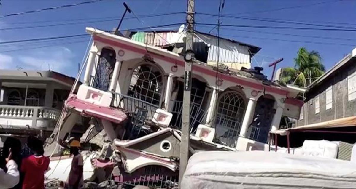 Une vue d'un bâtiment effondré suite à un tremblement de terre aux Cayes, en Haïti, vue dans cette image fixe tirée d'une vidéo obtenue par Reuters le 14 août 2021. Les méthodistes unis travaillent avec des partenaires de longue date en Haïti pour réagir après le tremblement de terre de magnitude 7,2 et à l'approche d'une tempête majeure. REUTERS TV via REUTERS.