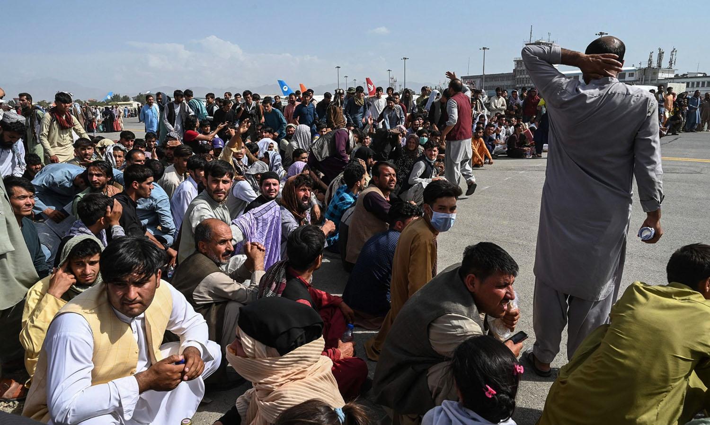 Cientos de afganos/as esperan ser evacuados/as en el aeropuerto de Kabul el 18 de agosto de 2021. Foto cortesía de SHUTTERSTOCK.