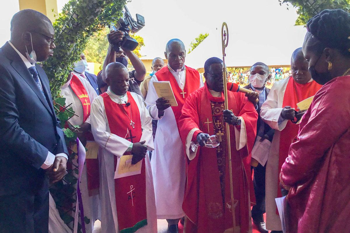 Coupure du Ruban devant la porte principale du Temple Jean-Claude Kakudji par le Bishop Kasap Owan Tshibang Alex, ce dimanche 11 Juillet 2021 au Quartier Kamasaka à 8 Km du Centre-ville de Lubumashi. Construit par un fidèle de l'église locale de Joli Site, ce temple a été baptisé du nom du donateur, Jean-Claude Kakudji. Le bâtiment a la capacité d'accueillir plus de 500 fidèles. Photo par John Kaumba Makalu, UM News.