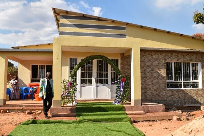Vue extérieure de la maison du Pasteur du temple mémorial Jean-Claude Kakudji. En plus de la maison du pasteur, le donateur dont le temple porte désormais le nom du donateur a aussi équipé les deux bâtiments. Photo par John Kaumba Makalu, UM News.