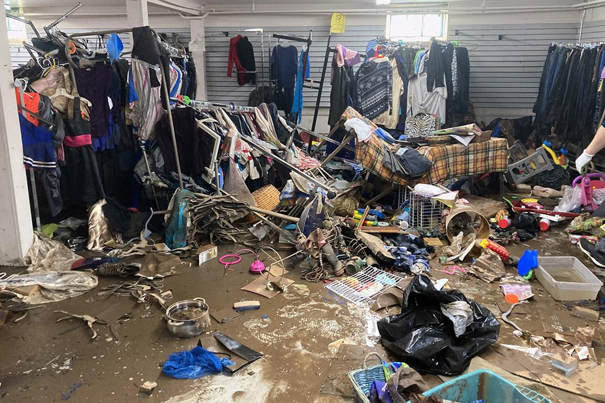 A Igreja Metodista Unida de Bound Brook, em Bound Brook, NJ, está lidando com os danos causados pela enchente do furacão Ida, incluindo na sua loja de artigos usados. Foto cortesia do Rev. Chuck Coblentz.