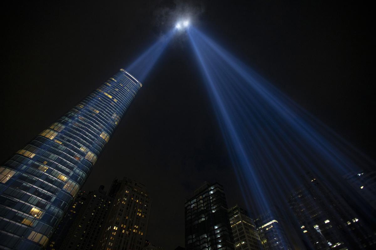9·11 테러 이후, 매년 9월 11일 밤 해가 질 때쯤부터 새벽까지 하늘을 향해 두 빛을 쏘는 트리뷰트인라이트(Tribute in Light)는 9월 11일 테러 당시 미국 뉴욕 세계무역센터(WTC)에서 숨진 이들을 추모하고, 테러에 굴복하지 않는 미국의 의지를 표현하기 위해 건축한 메모리얼 뮤지엄과 함께 뉴욕의 상징이 되었다. 사진 제공, 미 국립 9·11 기념박물관.