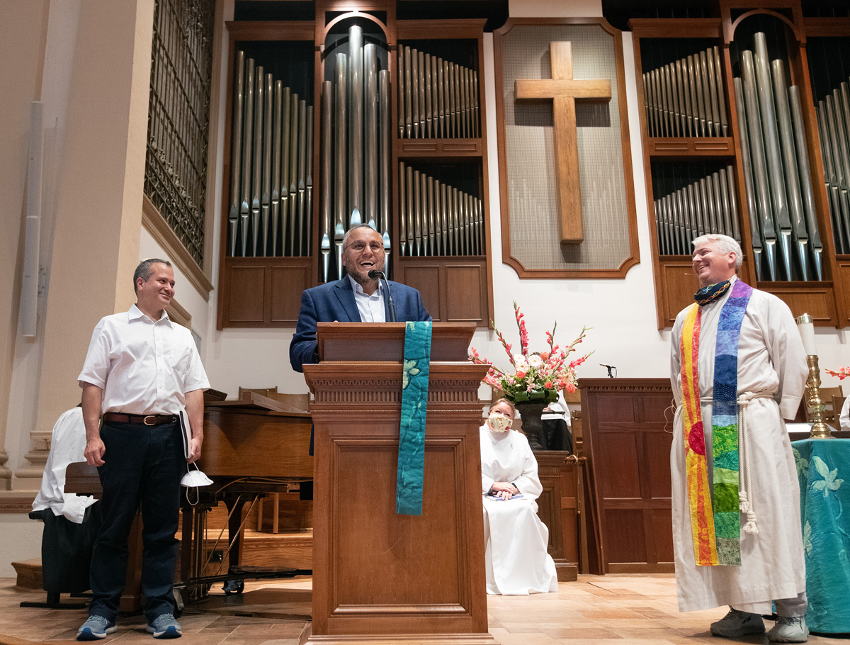 내쉬빌 이슬람센터의 이맘 오사마 발룰이 라마단 기간에 수리 중인 자신들의 예배처소인 모스크를 대신해, 금요 기도회를 열 수 있도록 교회당을 제공해준 내쉬빌의 벨몬트 연합감리교회에 감사를 표하고 있다. 왼쪽은 이슬람센터 임원회장인 카멜 다욱, 오른쪽은 벨몬트 교회의 담임인 폴 퍼듀(Paul Purdue) 목사다. 사진, 마이크 두보스, 연합감리교뉴스.