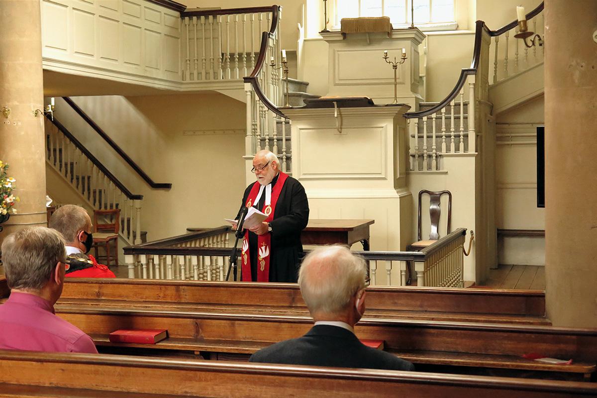 El Rev. Jonathan Pye, desde el púlpito del Nuevo Espacio de John Wesley en Bristol, Inglaterra, dirige un servicio el 12 de septiembre para celebrar el 250 aniversario del cruce del Atlántico hacia América de Francis Asbury. Pye es el presidente del distrito de Bristol de la Iglesia Metodista en Gran Bretaña y vicepresidente de los fideicomisarios del Nuevo Espacio de John Wesley. La asistencia al servicio fue limitada para permitir el distanciamiento social en medio de la pandemia por el COVID-19. Foto de Tim Tanton, Noticias MU.