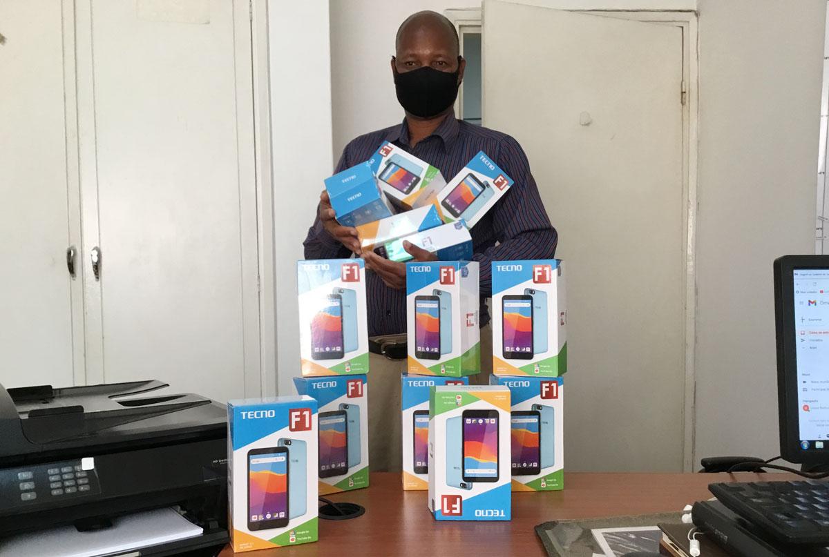 Salvador Albino Chinhangue, segurando os telefones nos Escritórios Centrais. Chinhangue é o motorista que distribuiu os aparelhos nas conferências de Moçambique Sudeste e Sul. Foto de João Filimone Sambo.