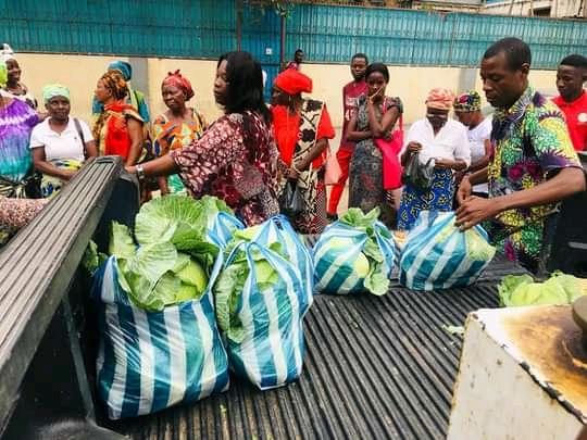 Distribuição gratuita dos produtos colhidos do campo Agrário de Caxito às mulheres viúvas dos pastores bem como para a comunidade, no pátio da Igreja Central, Luanda. Foto de Augusto Bento.
