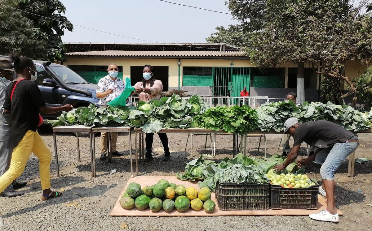 Engenheiro António Sozinho e a missionária Olangi Fatuma, aguardando pelo acto de distribuição das hortícolas no Centro Alegria, Luanda. Foto de Augusto Bento.