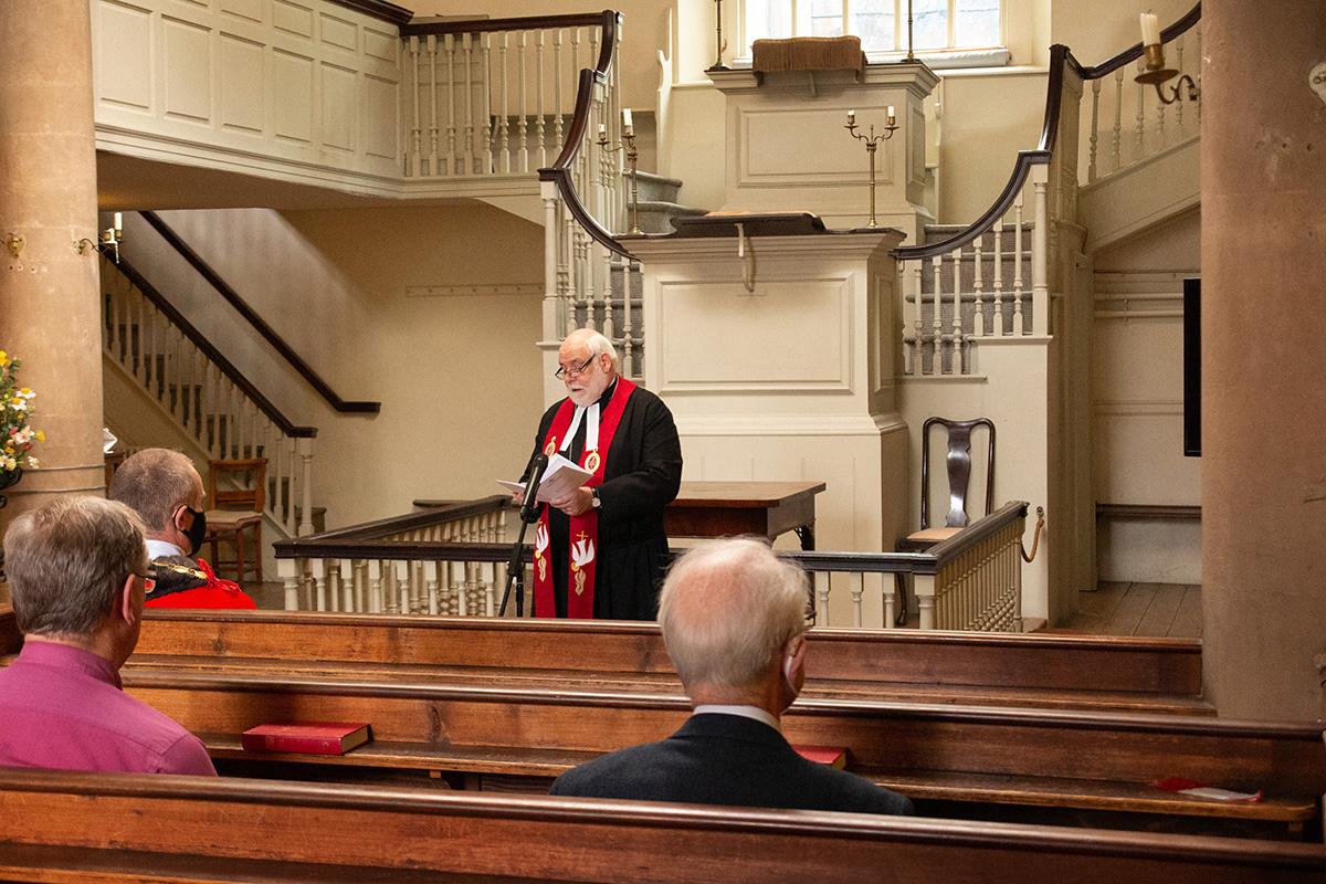 De pé em frente ao púlpito da John Wesley's New Room em Bristol, Inglaterra, o Rev. Jonathan Pye lidera um serviço religioso em 12 de setembro que comemora o 250º aniversário da travessia do Atlântico de Francis Asbury para a América. Pye é o presidente do Distrito de Bristol da Igreja Metodista na Grã-Bretanha e vice-presidente dos curadores da John Wesley's New Room. A frequência ao serviço foi limitada para permitir o distanciamento social em meio à pandemia de COVID-19. Foto de Tim Tanton, Notícias MU.