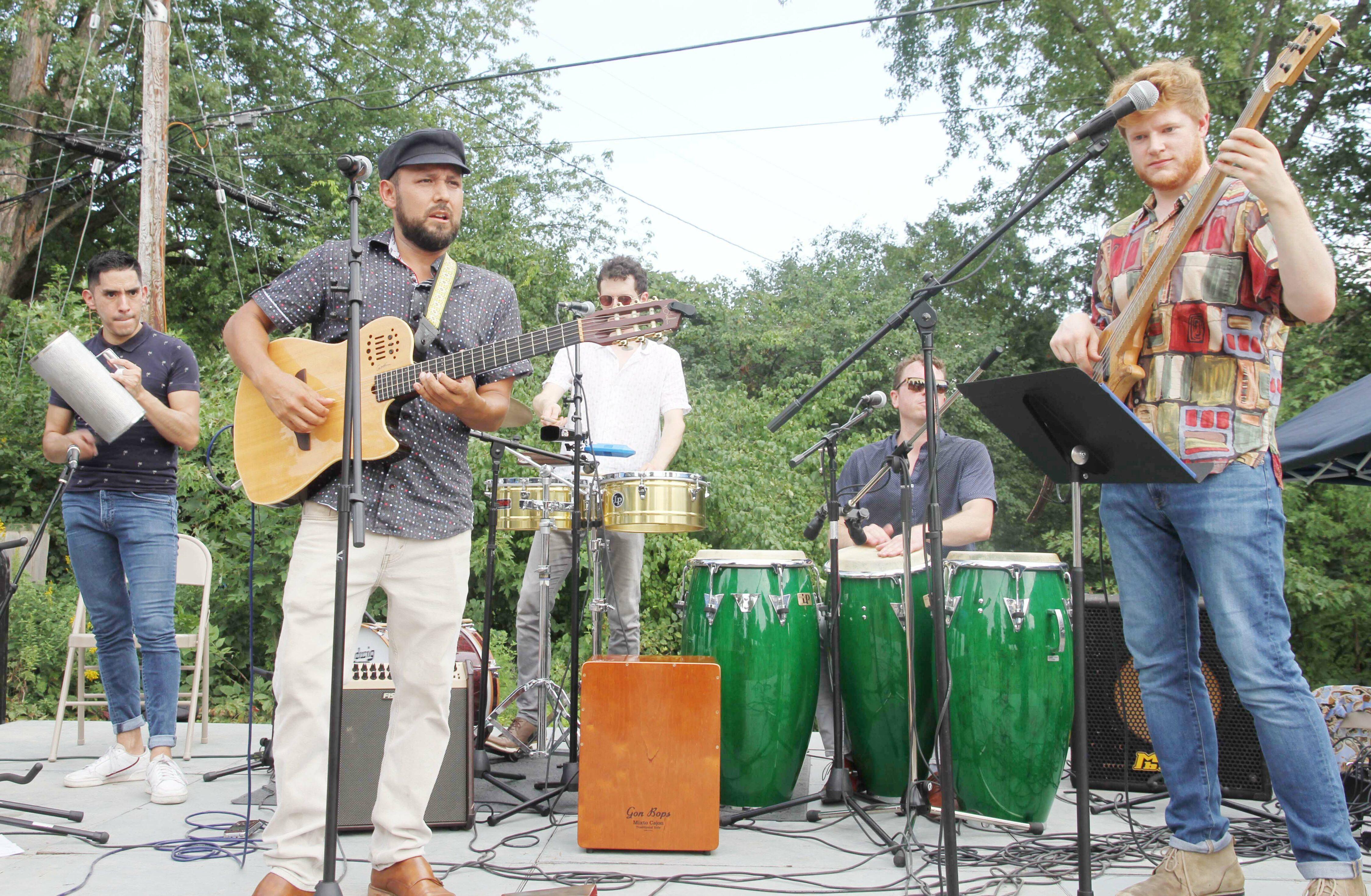 Richard Hildner Armacanqui y la Orquesta Latina. Foto cortesía de la Comunidad News.