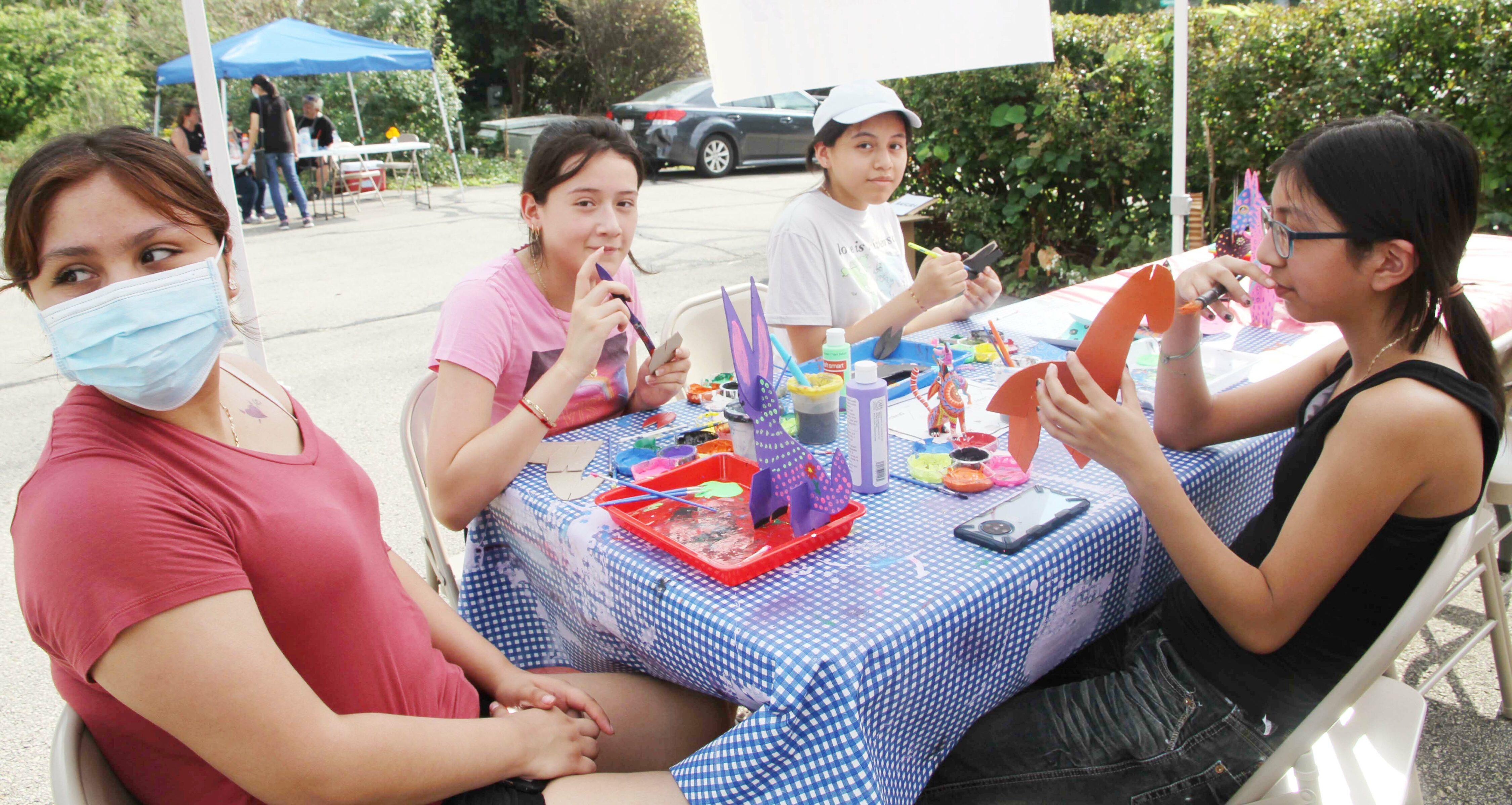 Angélica Contreras facilitando un taller de alebrijes. Foto cortesía de La Comunidad News.