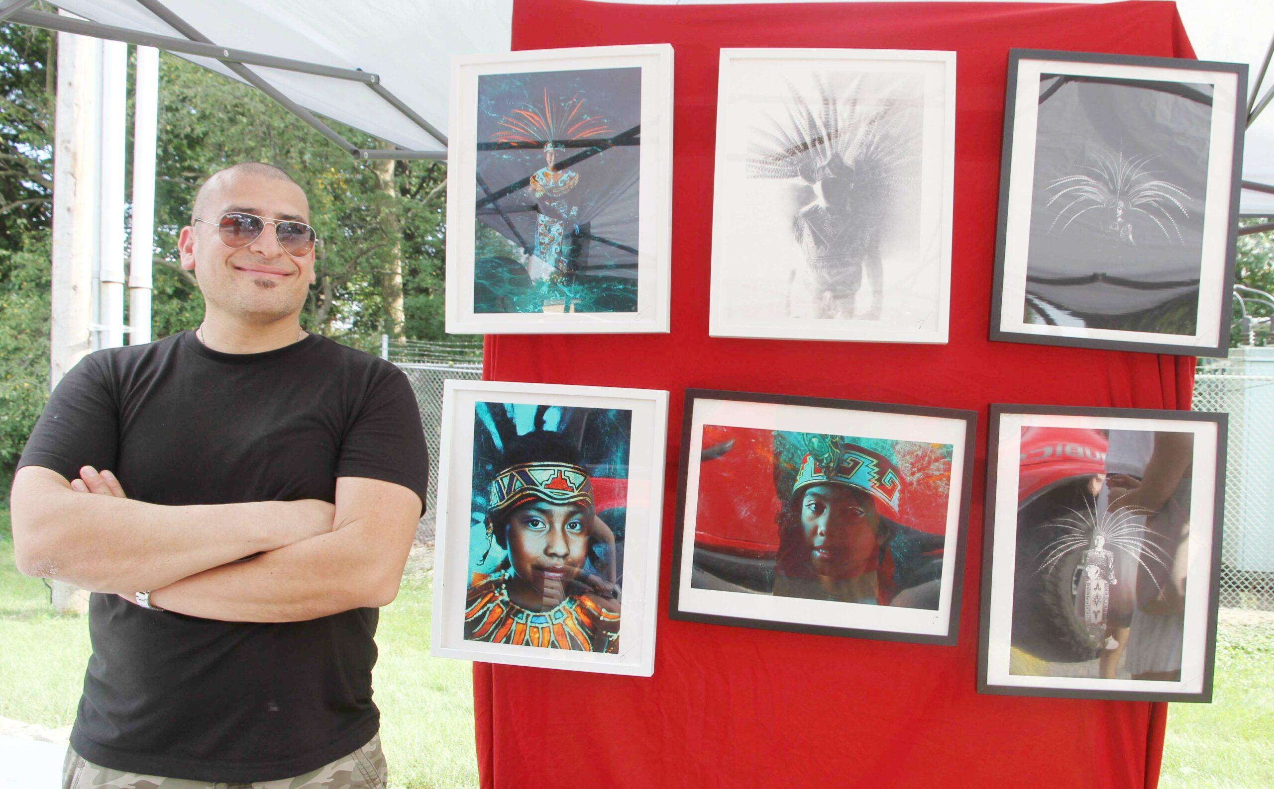 Zeus Corona con su exposición de fotos. Foto cortesía de La Comunidad News.