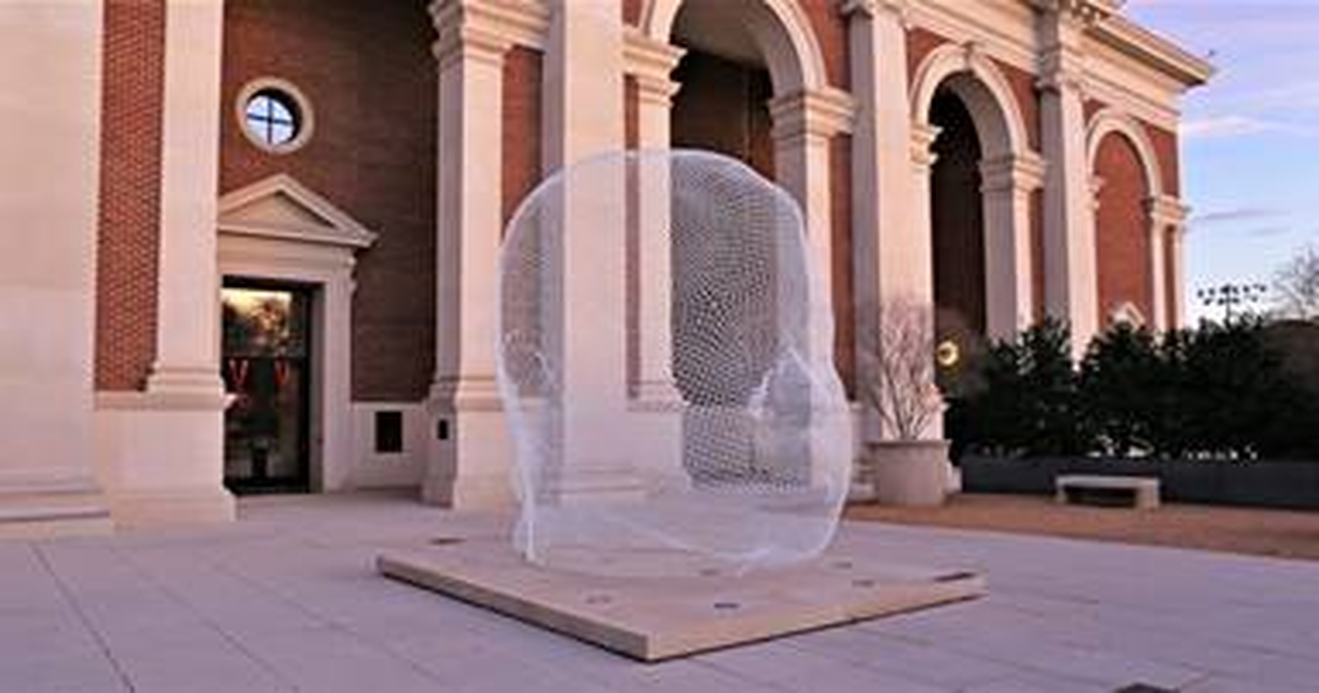 Escultura del artista español contemporáneo Jaume Plensa, en la entrada del Museo Meadows en la Universidad Metodista del Sur. Foto cortesía de la Universidad Metodista del Sur.