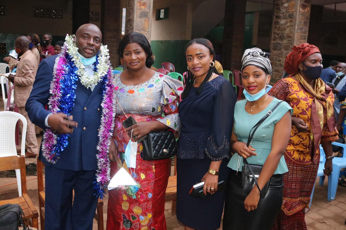 Docteur Claude Watukalusu à gauche après avoir reçu son Diplôme de Mérite de l'Eglise du Christ au Congo au Sud Kivu avec les membres de sa famille. Watukalusa fait parti de deux méthodistes unis qui ont reçu le certificat de mérite pour leur rôle dans la recherche de la paix au Kivu. Photo de Philippe Kituka Lolonga, UM News.