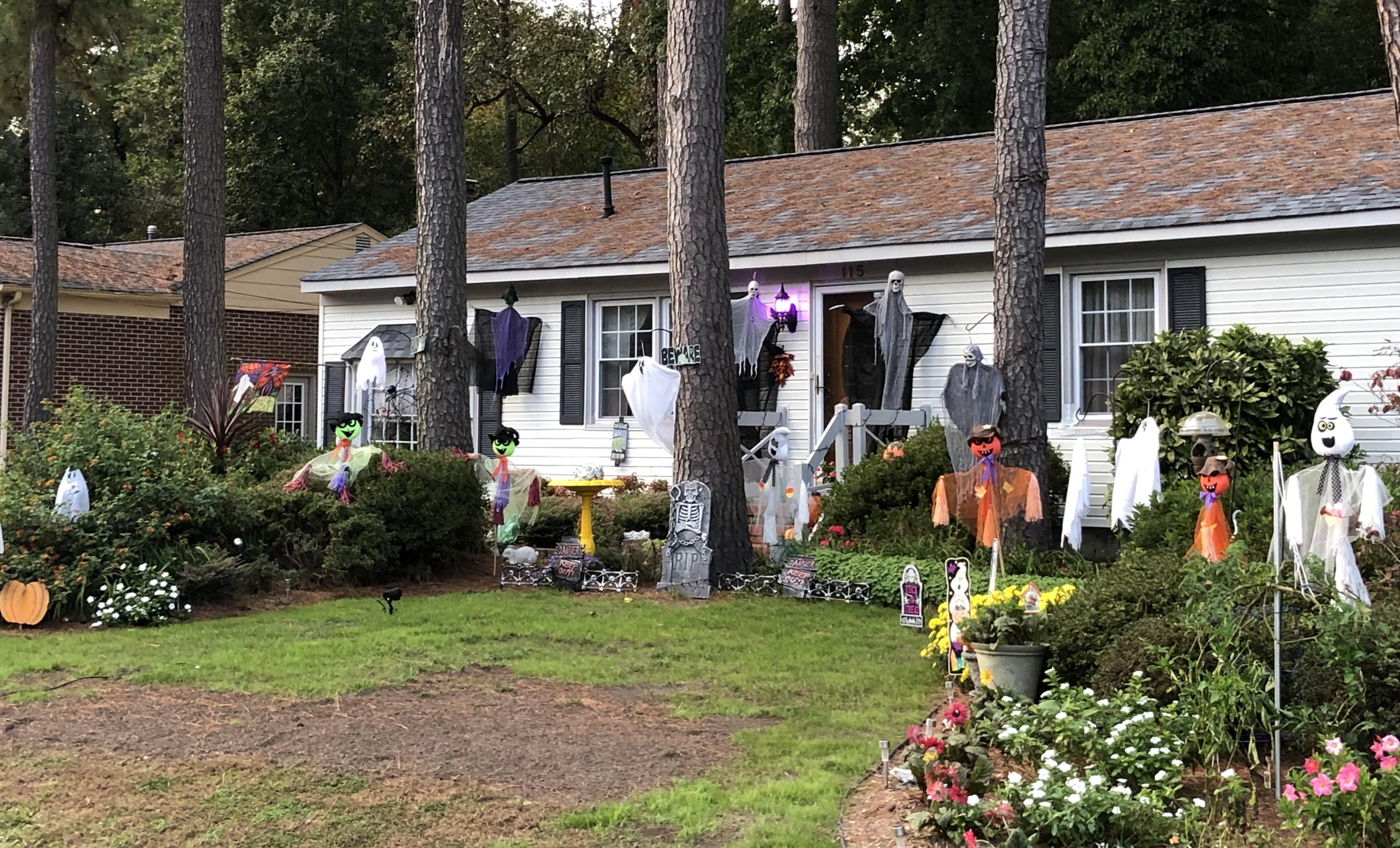 버지니아주 요크타운의 한 가정이 할로윈을 기념하기 위해 집 앞마당을 유령 인형 등으로 장식했다. 사진, 김응선 목사, 연합감리교뉴스.
